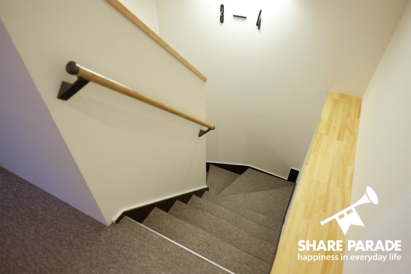 カーペットの敷かれた階段です。