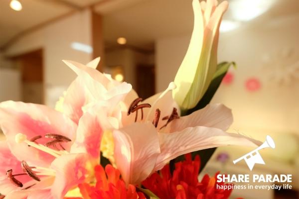 お花がダイニングテーブルに飾られています。
