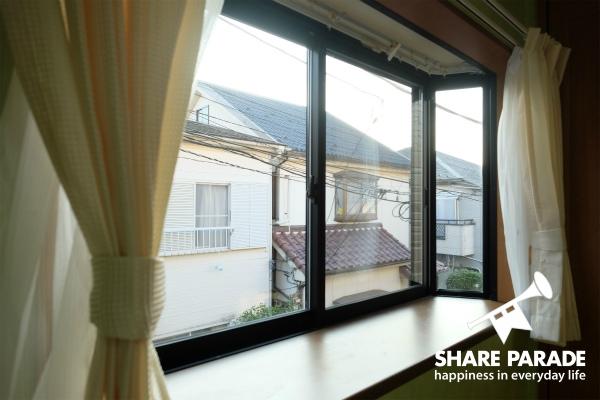 使い勝手のいい出窓です。ここに小物やグリーンを置いて。