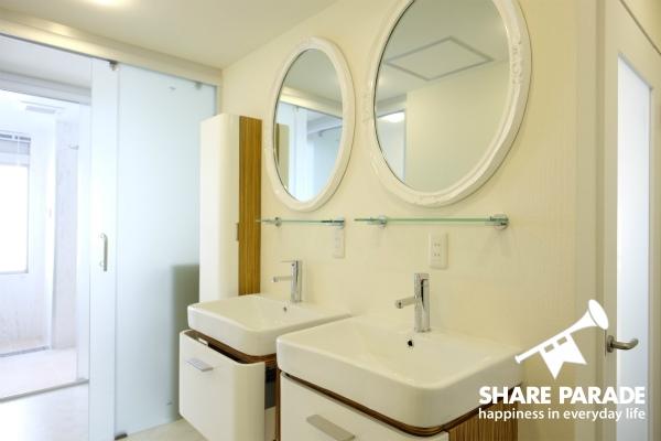 丸の鏡がとってもかわいい洗面所です。