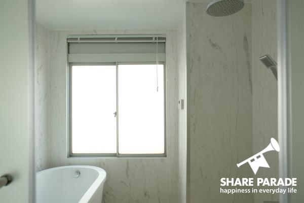 レインシャワーヘッド付きのバスルームです。
