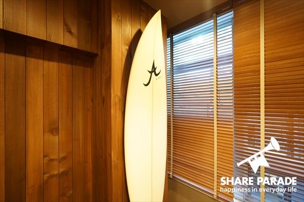 ハワイスタイルだけあって、サーフボードが飾られています。