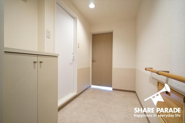 居室のドアを開けると、広々空間♪シューズもしまえます。
