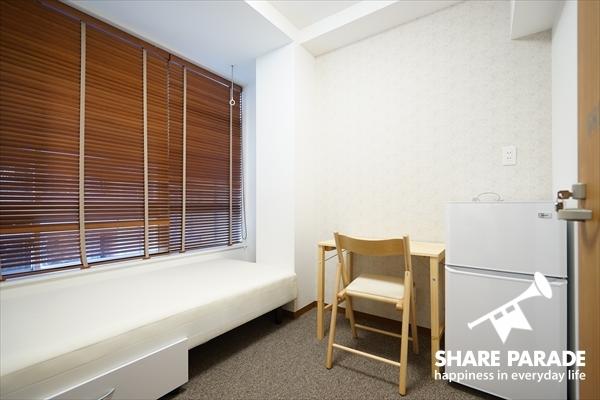 家具・家電の付いたシンプルなお部屋です。