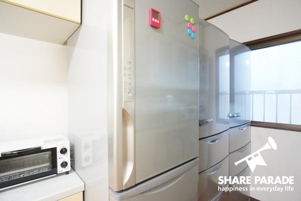 大型の冷蔵庫が何台もあります。