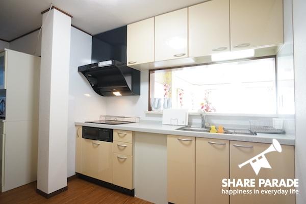 キッチンは広いリビングにつながっています。
