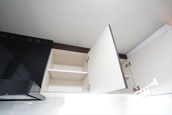 キッチン上にも収納スペース。