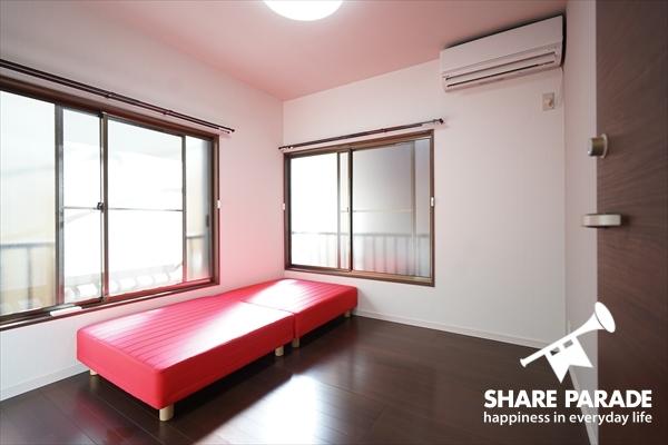 こちらは2階の2面採光で明るいお部屋。