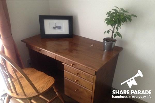 木の机。あたたかみがあります