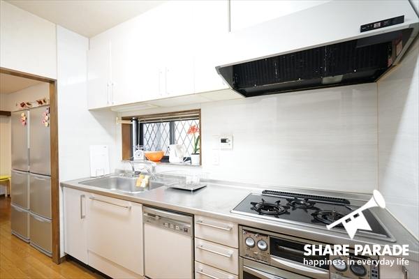 3口ガスコンロのキッチンです。しっかり料理がつくれそう。