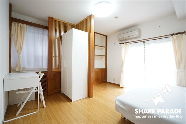 お部屋にはベッド、机、いす、収納などの家具が揃っています。