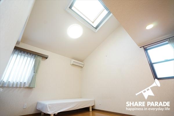 2階には天窓付のお部屋が。こちらは3面採光で明るい♪
