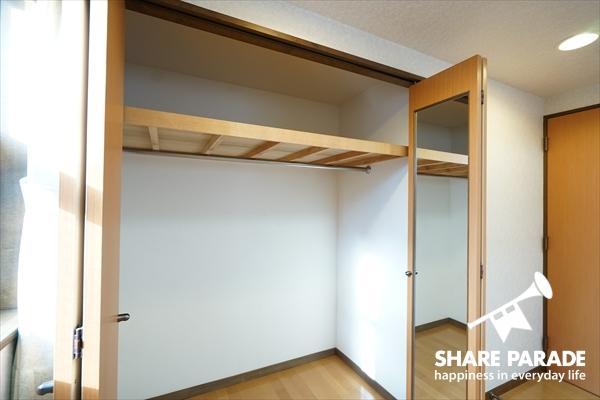 収納のドア部分に鏡があって実用的。そして中も広々。