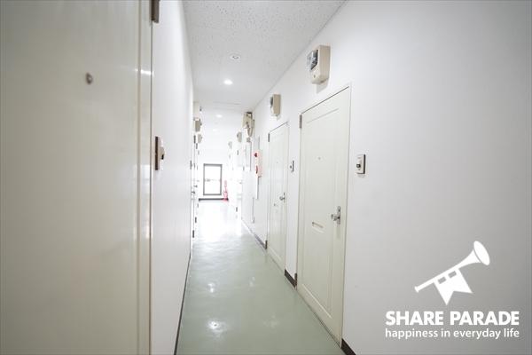 マンションの廊下のようです。