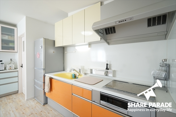 ビビットな色合いが印象的。収納もたっぷりのキッチンです。