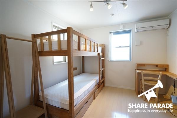 2段ベッドがありますが、シングル利用です。上を荷物置き場として活用することも。