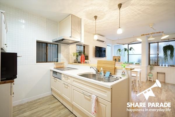 クリーム色したかわいくて使いやすいキッチンです。