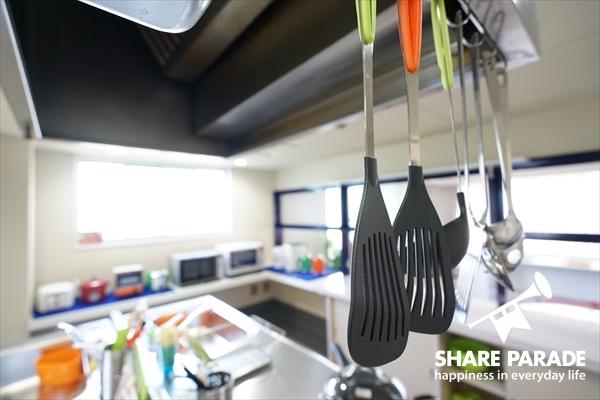 上から料理器具が掛けられています。