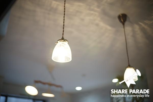 キッチンカウンターのペンダントライトの明かりがかわいい。