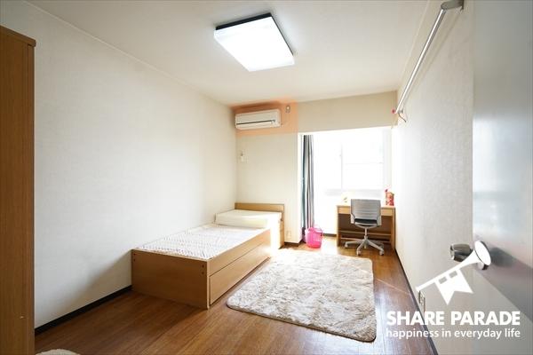 お部屋は8.2帖と広々サイズです。