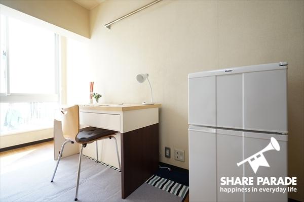 2ドアの冷蔵庫がお部屋に完備されています。