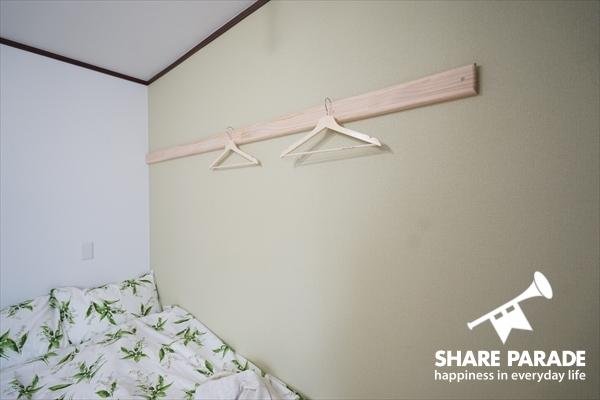 壁についている木の部分には、ハンガーを掛けることができます。また釘打ちなどもOKです!自分なりにアレンジしてみたり。