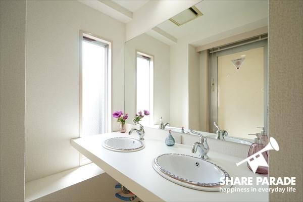 女性専用パウダールームの洗面スペースです。