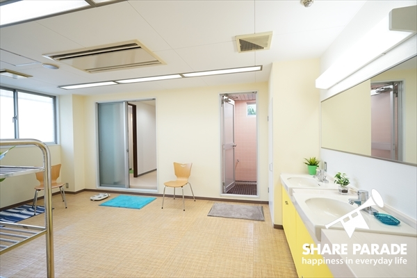 1Fのシャワールームの広々とした脱衣所です。