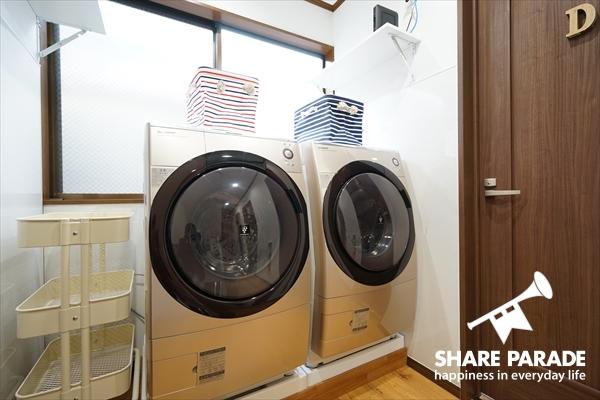 シャンパンゴールド色のドラム式洗濯機が2台あります。
