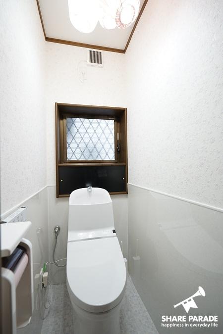 壁紙がとてもさわやかなトイレです。