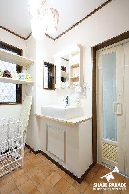 テラコッタ柄フローリングの1Fの洗面です。壁面収納などもしっかりあります。