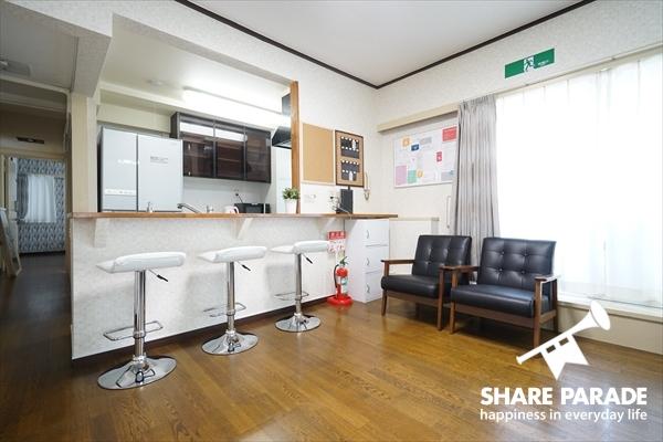 キッチンカウンターには3つのチェアが並んでいます。