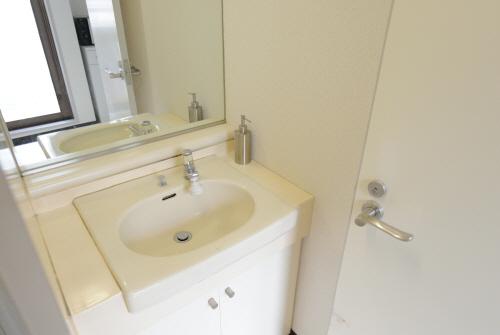 鏡の大きな洗面所です。