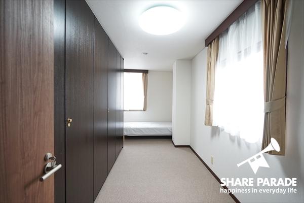 角部屋は2面採光で明るいです。また、一面収納収納!