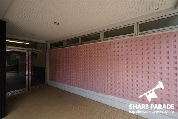 ピンクの壁紙が印象的な入口です。