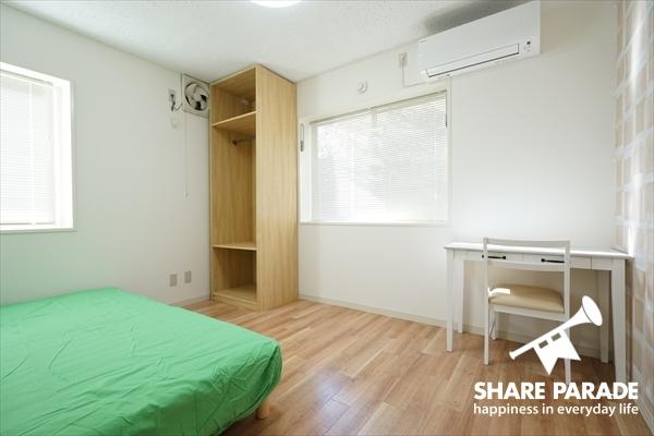 ベッド・机・椅子・クローゼット完備のお部屋。