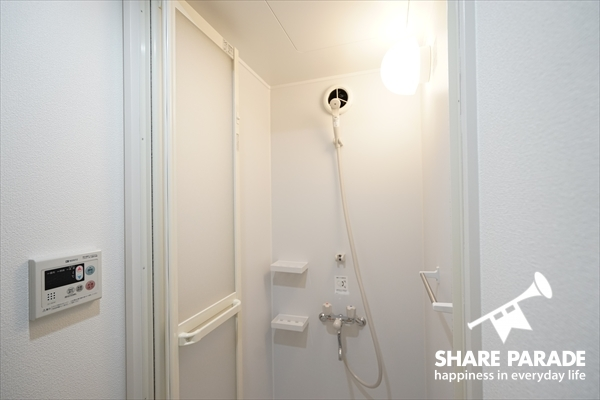 シャワーブースは1fにあります。