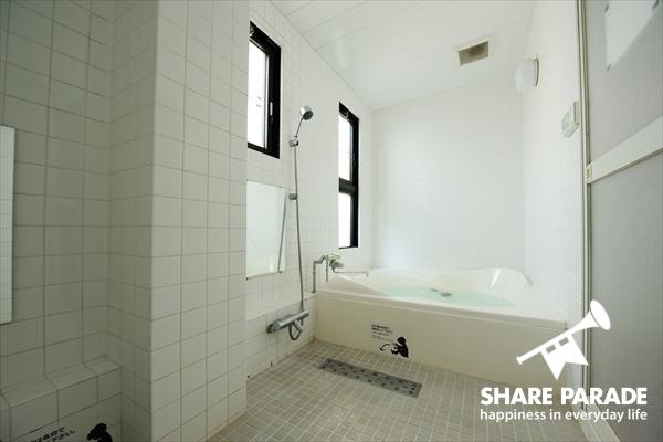 広々としたバスルームです。この広さはうれしい。