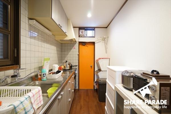 細長いキッチンです。
