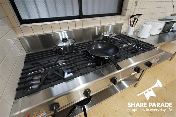 火力抜群の業務用ガスコンロ。中華鍋を使いたくなるキッチンです。