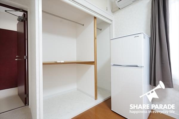 大型の収納スペースにプライベートの冷蔵庫が完備しています。