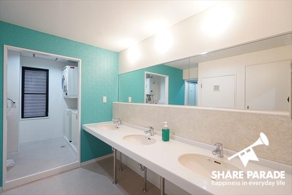 洗面は各フロアにあって便利。鏡が大きくて実用的。