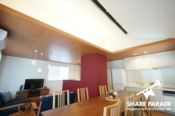 天井が高く開放的なリビングです。