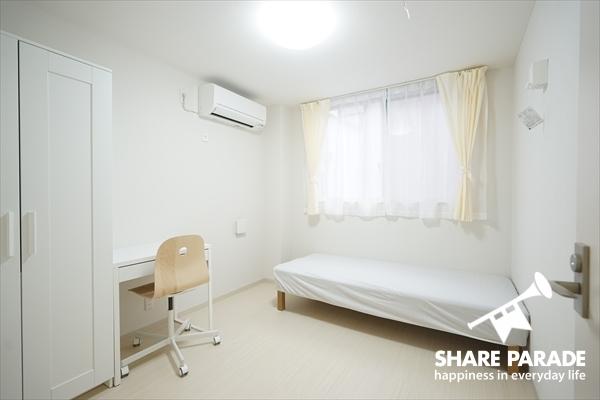 お部屋は5.5帖の広さがあります。