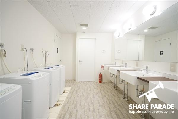 洗面が4つに洗濯機が4台あります。