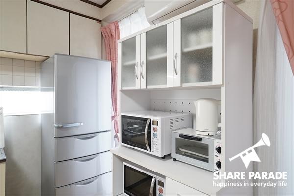 キッチン家電や食器類はそろっています。