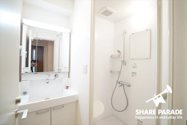 スタイリッシュな洗面とバスルームです。