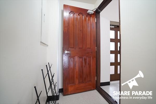 重厚感のある玄関ドアです。