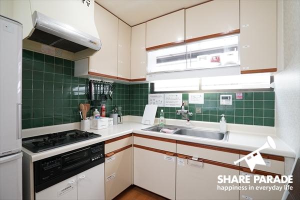 緑のタイルが印象的なキッチンです。