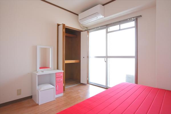 ベッド、机、いすなどの家具は一式揃っています。